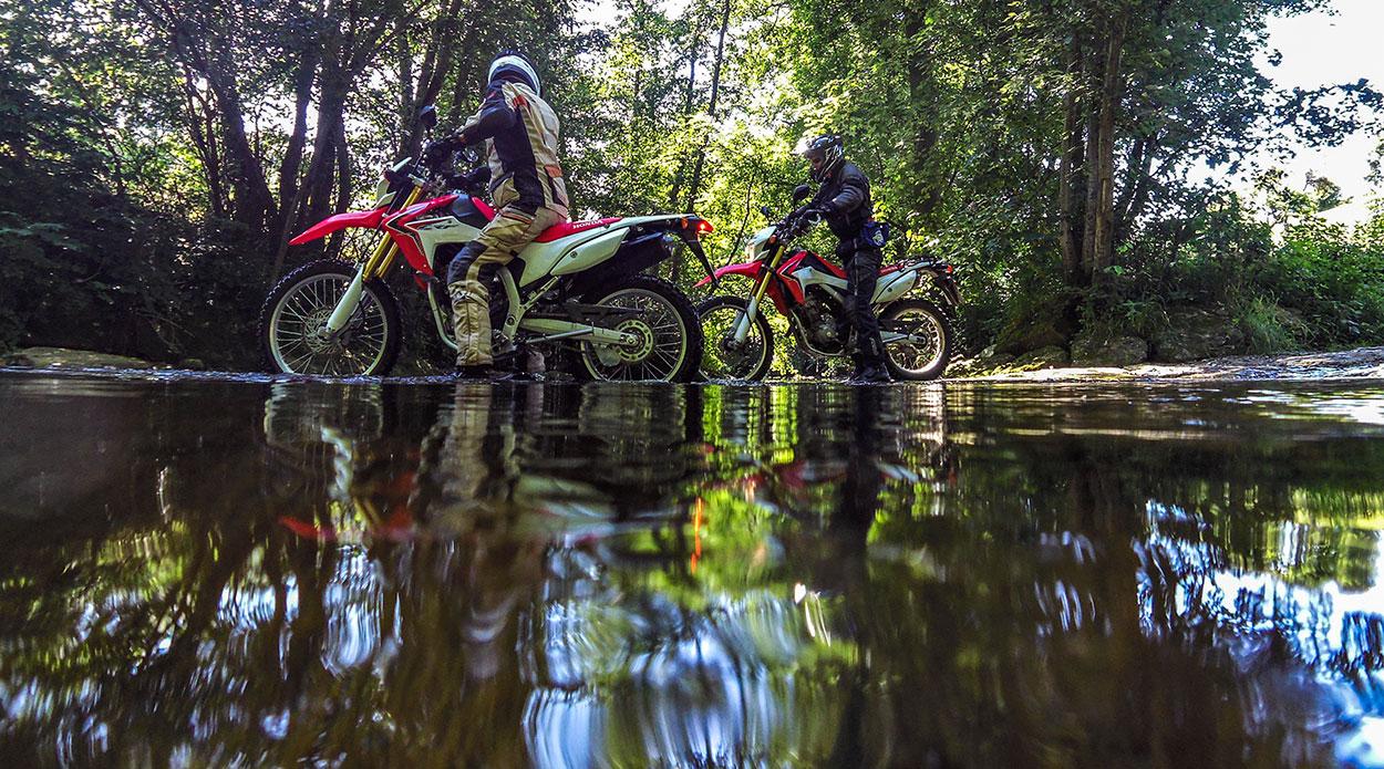 So füßelten wir uns wenig elegant auf den Hondas unseren Weg durch das Wasser.