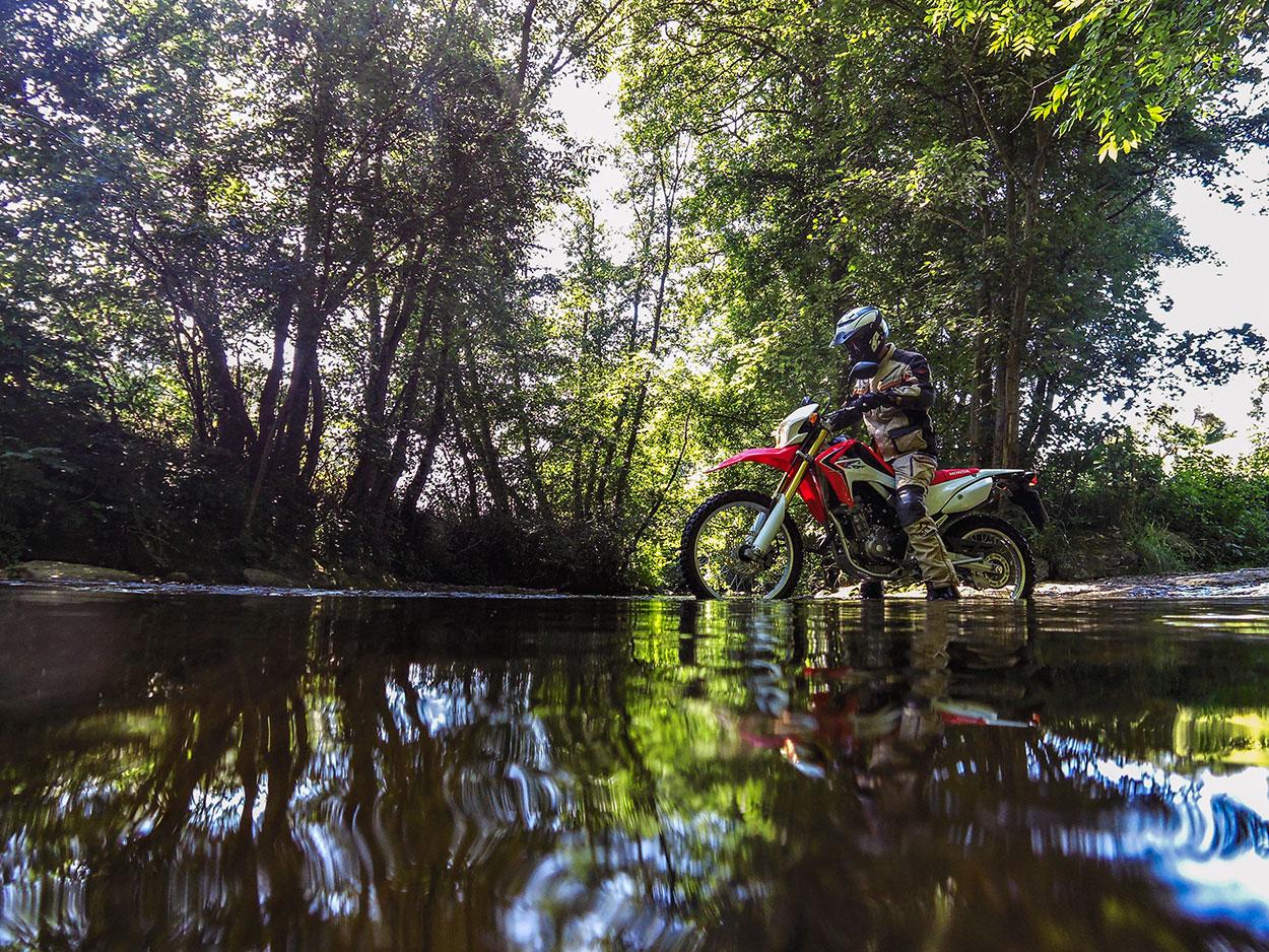 Wasserdurchquerung Honda CRF250L - Moos und Wasser ist rutschig wie Eis.